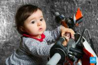 Petite fille sur une moto dans le studio de Saintes