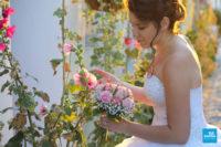 Photo de la mariée et des roses trémière
