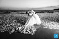 Photo de mariage dans l'eau sur la plage