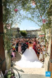photo de reportage de la sortie des mariés de l'église