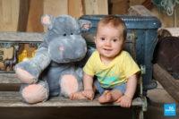 Portrait photo de bébé sur un banc au studio de photographe