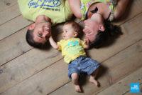 Parents et leur bébé couché dans un décors du studio de Saintes