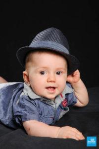Portrait d'un bébé avec chapeau au studio photo
