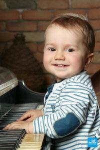 Shooting photo en studio d'un bébé au piano