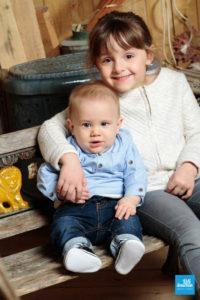 Bébé et sa sœur dans les studio photo de Saintes