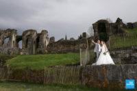 Photo de couple de mariage aux arènes de Saintes