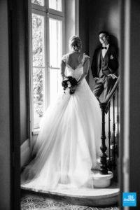 Photo de mariage de couple en noir et blanc