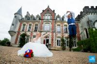 Photo de couple devant le château de La Pouyade à Angoulême