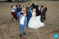 photo fun des mariés et de leurs amis