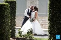 Photo de couple, les mariés s'embrassent