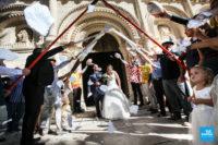 Reportage de mariage lors de la sortie de l'église avec haie d'honneur