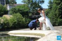 Photo de couple de mariée au bord de l'eau