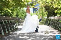 Photo de couple sur un pont