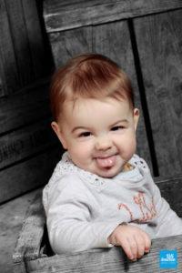 Bébé qui tire la langue pendant shooting photo en studio