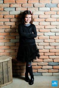 Portrait d'une enfant sur le décors de brique