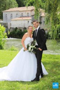 Photo de couple de mariage sur les bords de charente, près d'un moulin