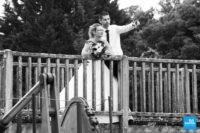 Photo de couple de mariage proche sur un pont