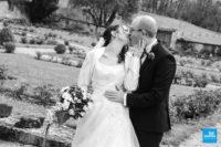 Photo de couple en noir et blanc dans les jardins de l'abbaye de fontdouce