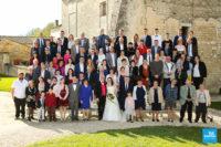 photo de groupe avec estrade sur un mariage