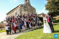 photo de groupe estrade pendant un mariage