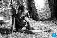 Photo studio d'une petit fille lors d'une séance shooting enfant