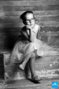 Photo noir et blanc d'une enfant au studio de Saintes