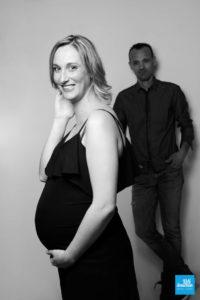Femme enceinte et son compagnon au studio de Saintes