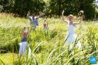 Photo de mariage champêtre, couple avec leurs enfants