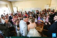 Les mariés s'embrassent lors du mariage