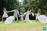 Photo de famille des mariés dans un parc