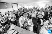 Photo en noir et blanc du mariage dans la mairie