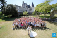 Photo de groupe du mariage devant le château