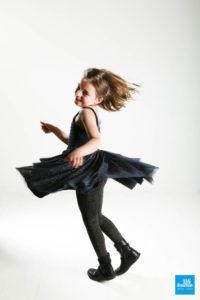 Photo d'une enfant dansant sur fond blanc