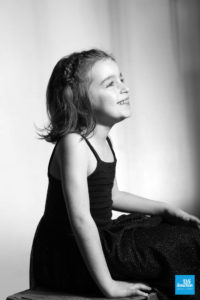 Portrait noir et blanc d'une petite fille en shooting photo enfant à Saintes