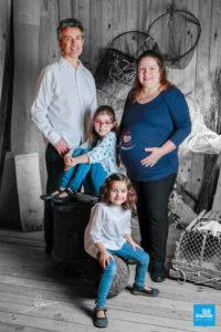 Photo des parents et leurs 2 enfants en shooting famille à Saintes