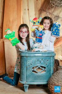 Photo de sœurs avec marionnettes
