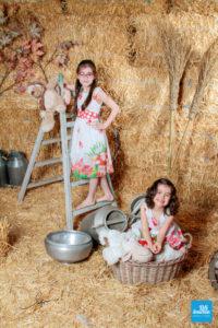 Shooting photo de deux sœurs sur un fond de paille