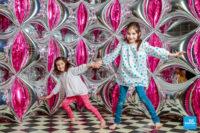 Photo de deux sœurs dans le décors ballons