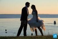Photo de couple de mariage au bord de la mer