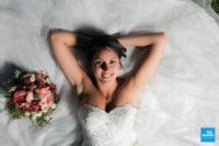 Photo de la mariée couchée sur sa robe
