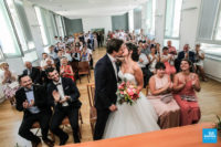 Les mariés s'embrassent après leur mariage dans la mairie