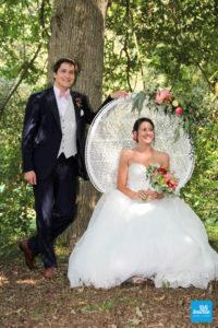 Photo des mariés pendant la cérémonie laïque extérieure