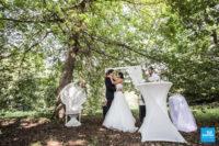 Les mariés lors de la cérémonie extérieure