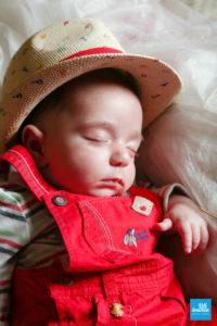 Bébé avec chapeau en photo studio