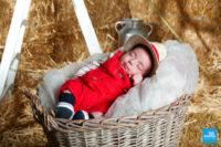 Photo d'un bébé dans un panier en shooting studio à Saintes