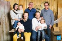 Photo de toute la famille dans les studios de Saintes