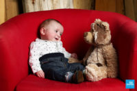 Photo bébé avec nounours sur un fauteil