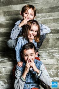 Photo des enfants en shooting studio de famille à Saintes