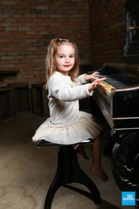 Portrait d'une enfant jouant au piano