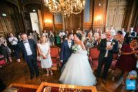 Les mariés s'embrassent à la mairie d'Angoulême